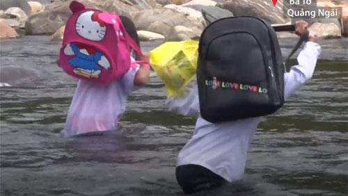 Học sinh Quảng Ngãi lội sông đến trường
