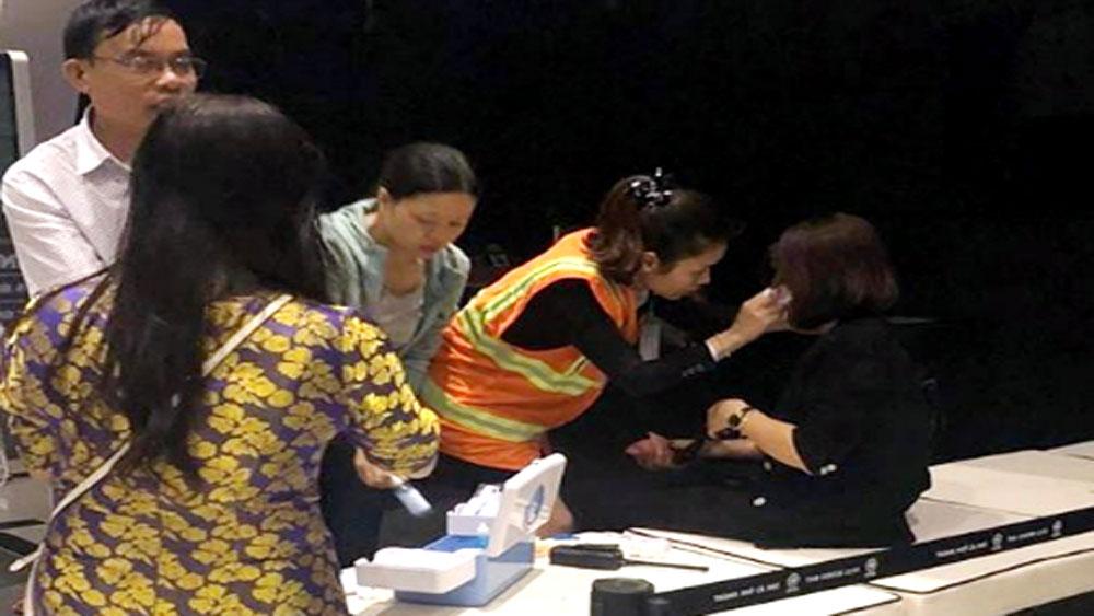 Hành khách chen lấn tìm lối thoát khỏi máy bay Vietjet rơi bánh