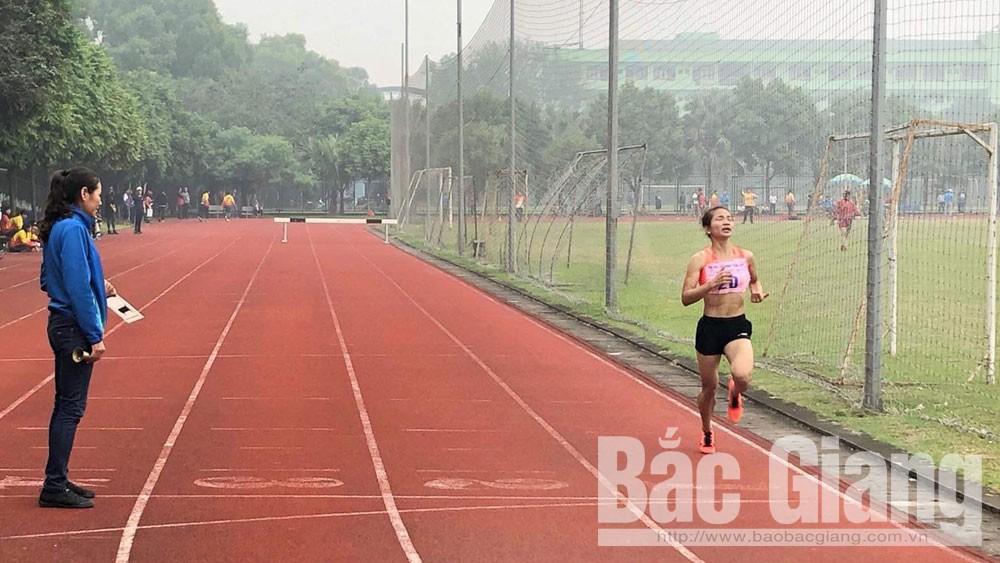 Một mình về đích cự ly 3.000 m vượt chướng ngại vật nữ. Ảnh: Mạnh Tuấn