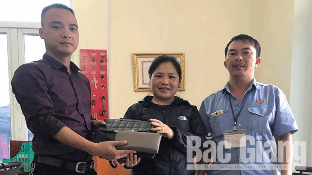 Công ty cổ phần Xe khách Bắc Giang trả lại tài sản cho hành khách bỏ quên trên xe