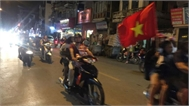 Nhảy múa giữa đường, khua trống rộn vang ăn mừng chiến thắng của đội tuyển Việt Nam