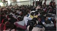 Sinh viên xếp hàng từ 3 giờ sáng để thi chuẩn đầu ra tiếng Anh