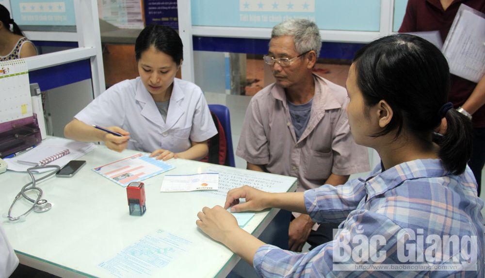 Tư vấn cho bệnh nhân tiêm vắc-xin tại Trung tâm Kiểm soát bệnh tật tỉnh Bắc Giang.