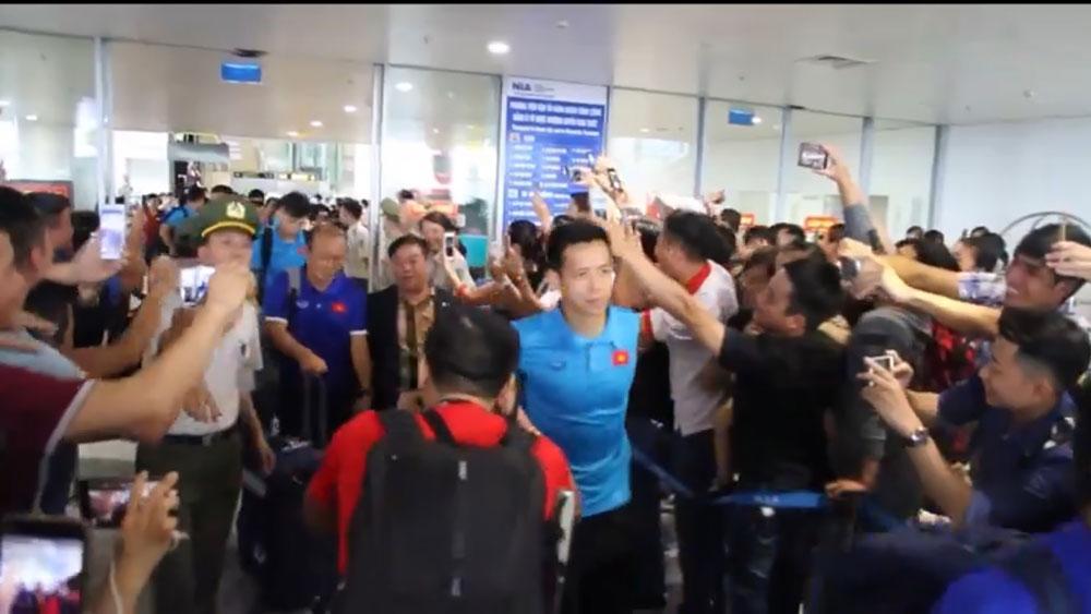 Đội tuyển Việt Nam về nước trong vòng vây người hâm mộ