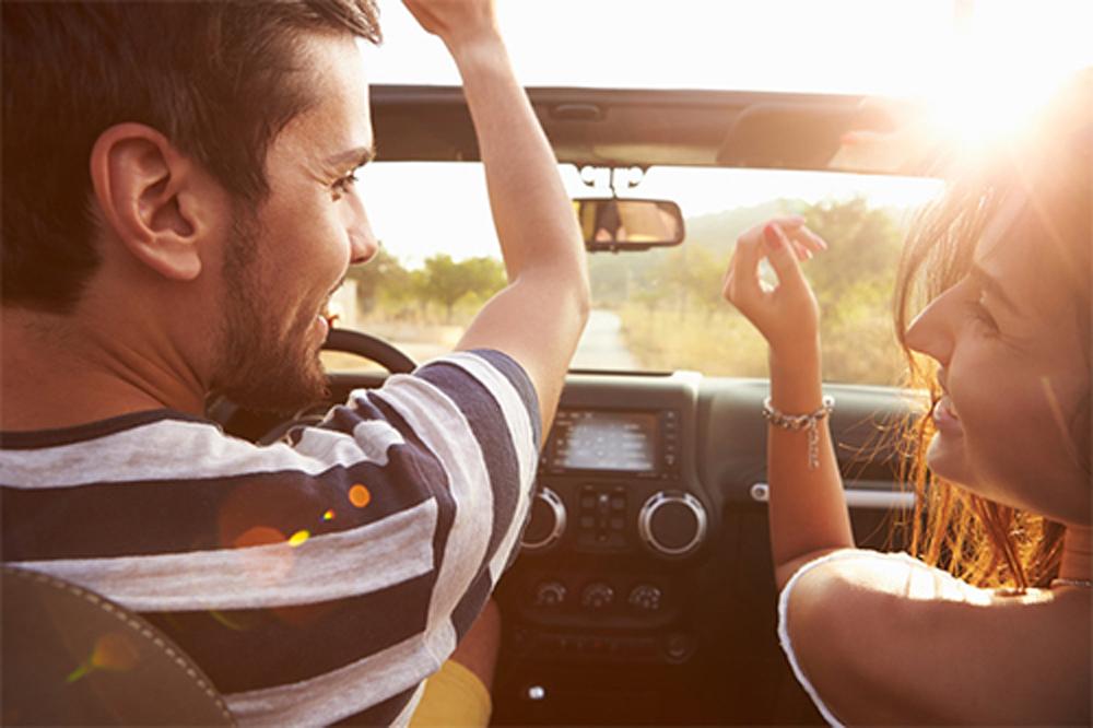 lái xe, lái xe an toàn, những việc không nên làm khi lái xe, Đọc truyện, lái xe bằng đầu gối, thay áo, nhắn tin, mang giày cao gót