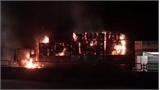 Xe tải chạy trên quốc lộ 1A bất ngờ bốc cháy dữ dội