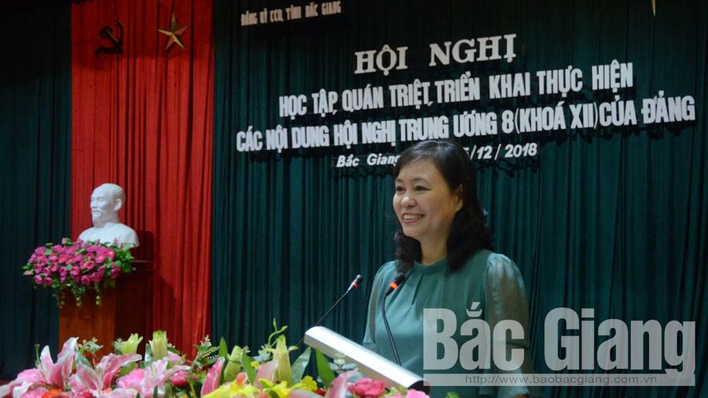 Đồng chí Nguyễn Thị Phú, Phó Bí thư Đảng ủy CCQ tỉnh truyền đạt các nội dung Hội nghị T.Ư 8.