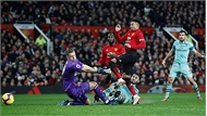Man Utd chia điểm Arsenal tại Old Trafford