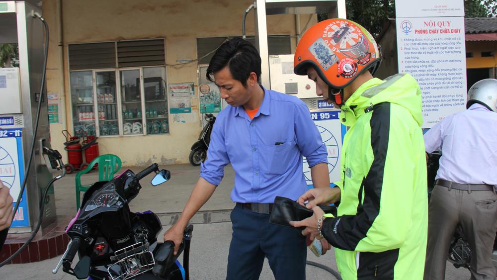 Giá xăng, giảm mạnh gần 1.500 đồng mỗi lít,