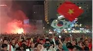 Cờ Việt Nam, Hàn Quốc ngập tràn trên phố đi bộ sau chiến thắng thuyết phục