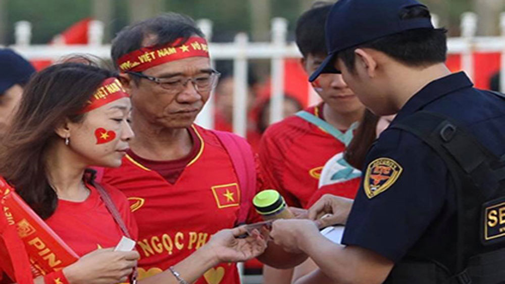 Nhóm bảo vệ đưa người trốn vé vào xem trận Việt Nam - Philippines