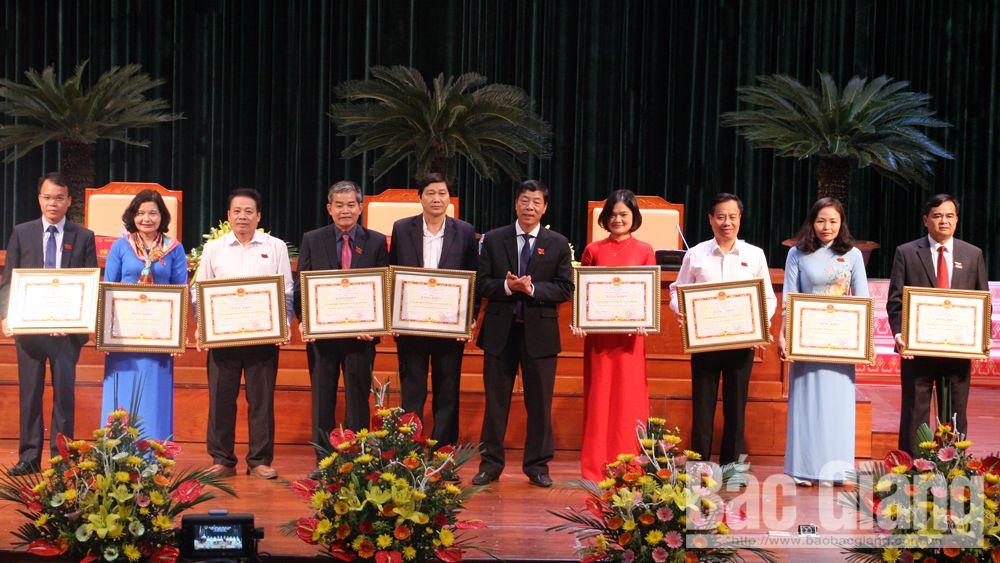 Đồng chí Bùi Văn Hải trao Bằng khen của UBND tỉnh cho các tập thể có thành tích xuất sắc trong công tác HĐND năm 2018.
