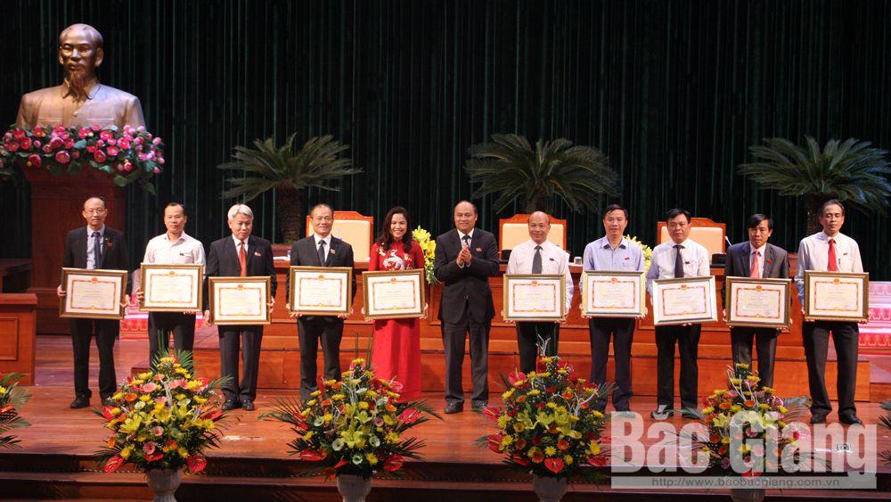 Đồng chí Nguyễn Văn Linh trao Bằng khen cho các cá nhân có thành tích xuất sắc trong công tác HĐND năm 2018.