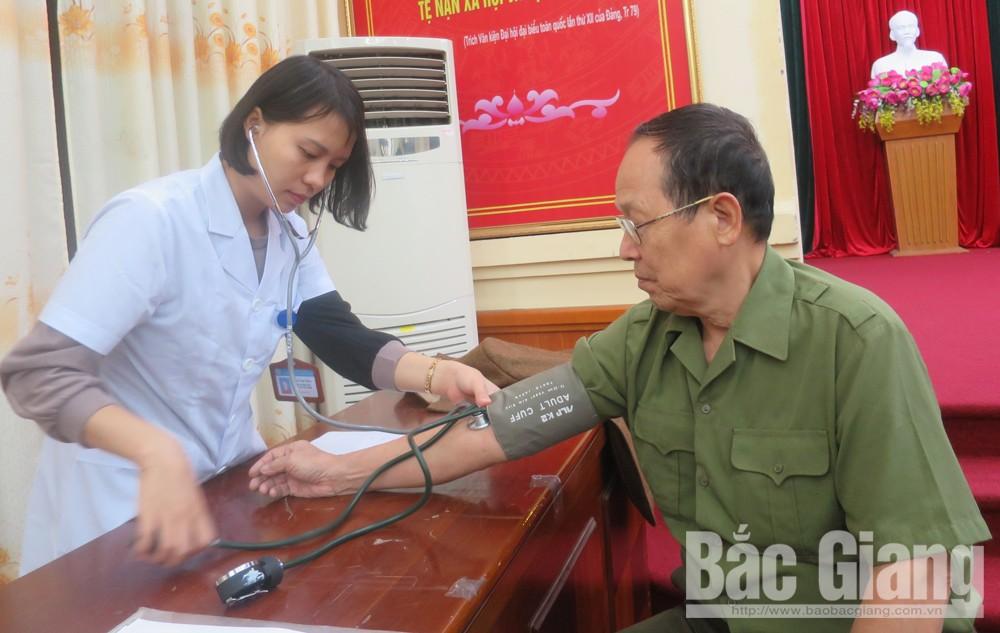Nhân viên y tế kiểm tra huyết áp cho cựu chiến binh.
