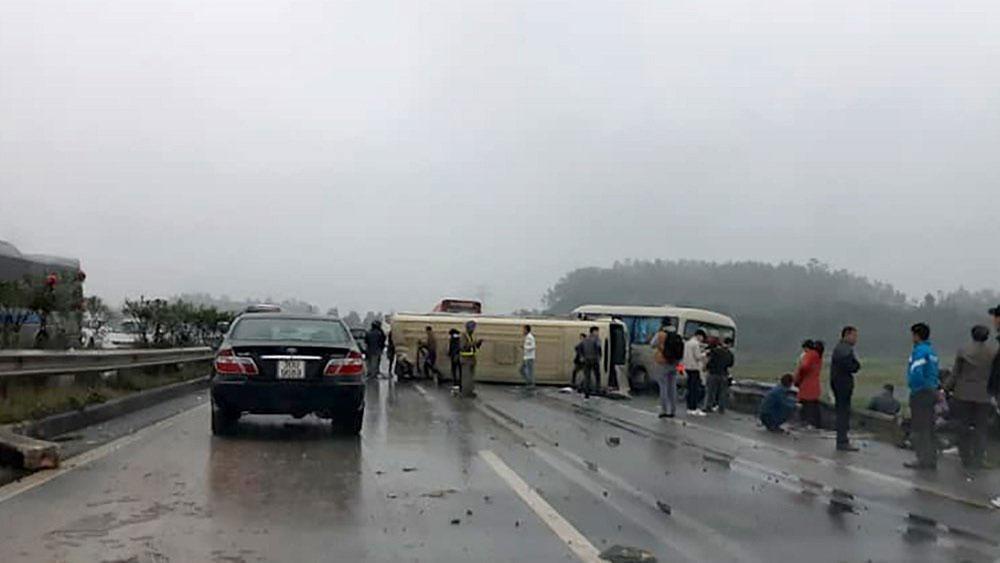 Xe khách tông nhau kinh hoàng trên cao tốc
