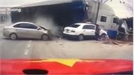 Container đâm tung dải phân cách trúng 3 ô tô, người đi đường chạy tán loạn