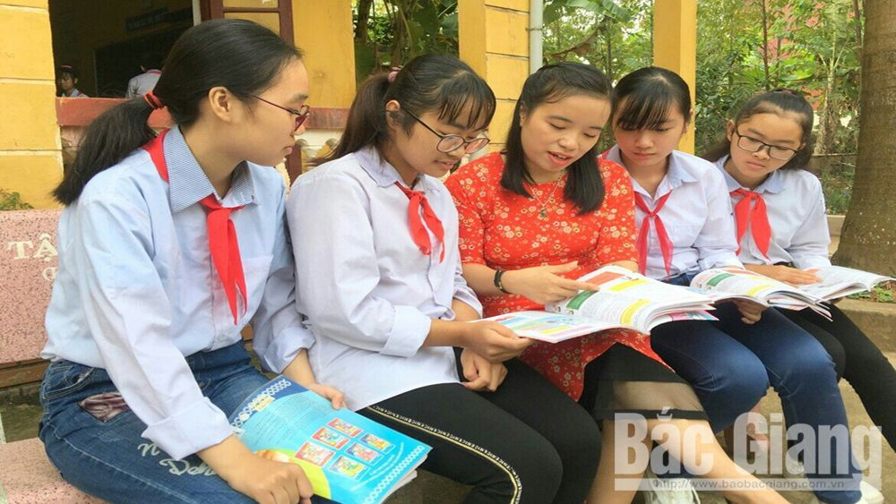 Excellent students at English, English teacher, Teacher Pham Thi Van Nga, teaching quality, professional regulations, lesson plans, practical teaching method, Ring the golden bell, English speaking contest