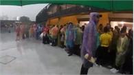 CĐV ướt sũng vì không có chỗ trú tại Bukit Jalil