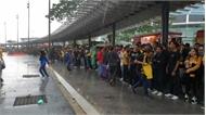 Hàng nghìn CĐV Malaysia đứng chật kín ngoài sân, bất ngờ gặp mưa lớn