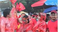 CĐV Việt Nam đội mưa tới Bukit Jalil tiếp lửa cho đội tuyển Việt Nam