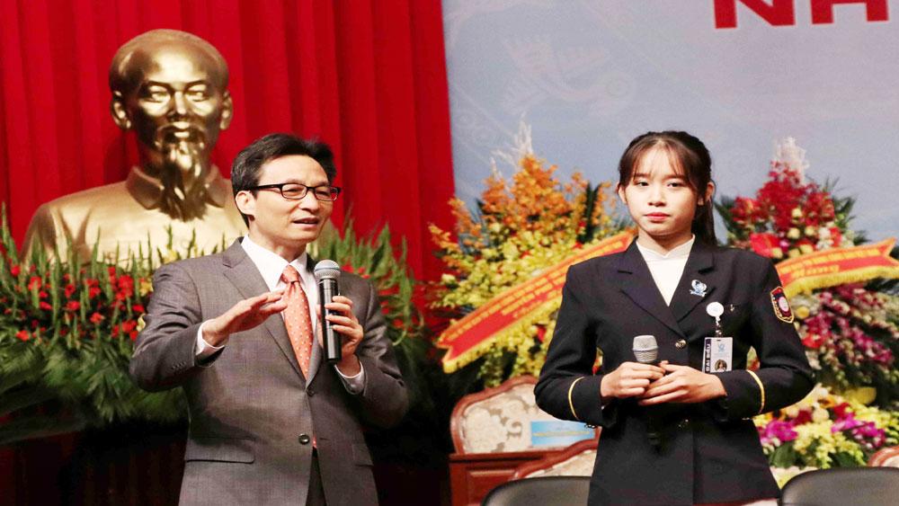 Phó Thủ tướng Vũ Đức Đam cùng lãnh đạo các bộ, ngành đối thoại với sinh viên