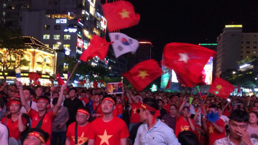 Dòng người đổ ra đường sau trận hòa 2-2 của đội tuyển Việt Nam với Malaysia