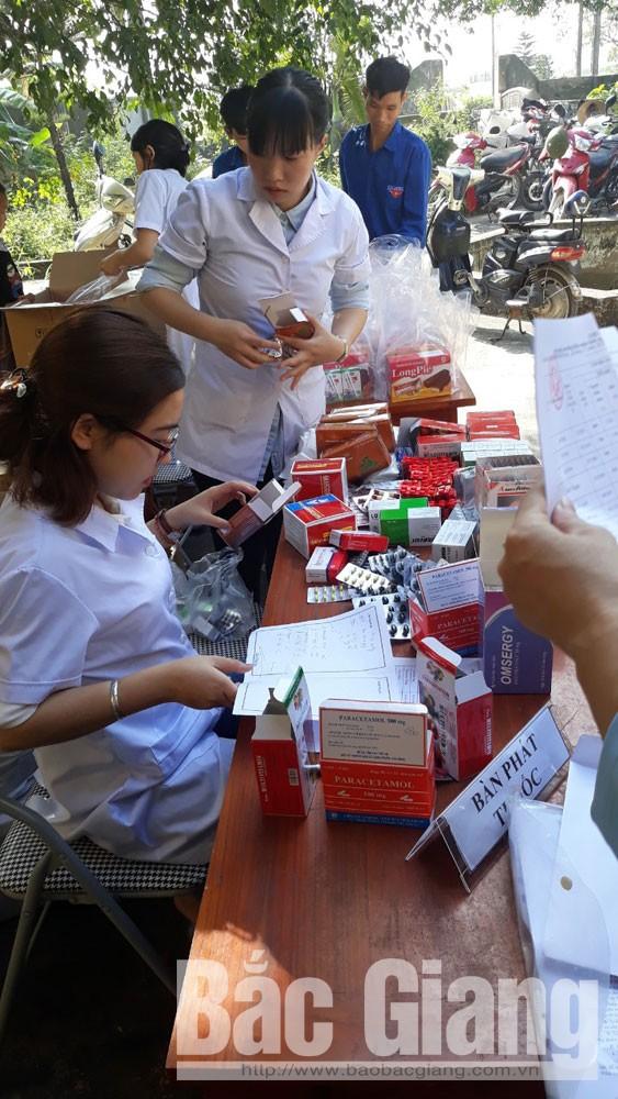Cán bộ Bệnh viện Việt Đức khám bệnh, cấp thuốc miễn phí cho người dân xã Hương Gián