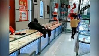 Nữ nhân viên tiệm vàng nhảy qua tủ kính đuổi theo khách