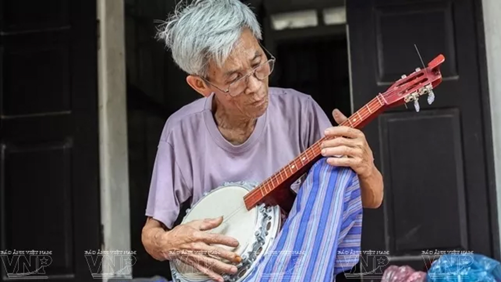 Dao Xa village craftsman devoted to preserving the production of musical instruments