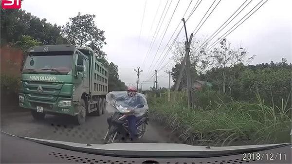 Vượt xe tải ở khúc cua, phụ nữ đi xe máy suýt mất mạng