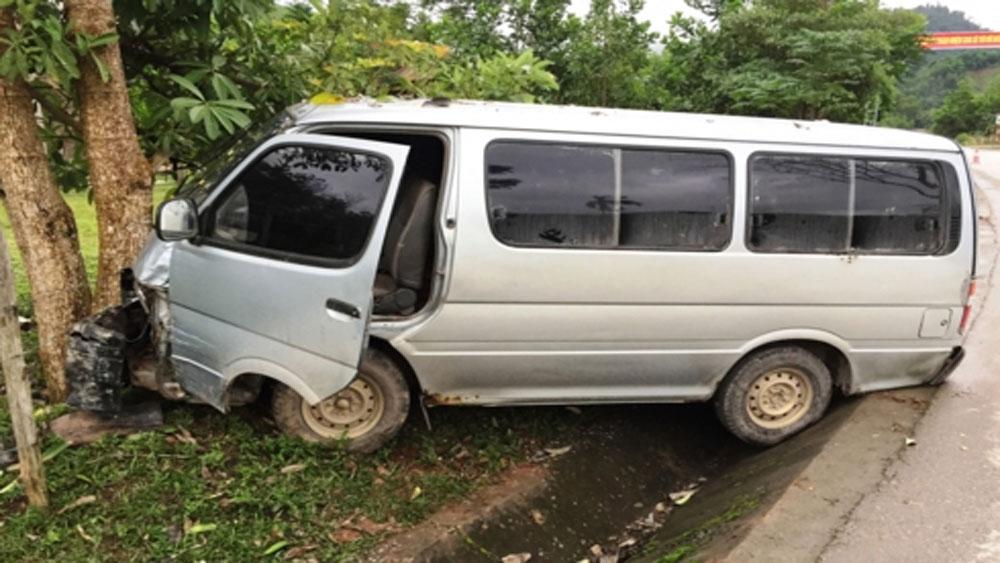 Xe khách chở gỗ lậu điên cuồng tông móp xe kiểm lâm khi bị truy đuổi