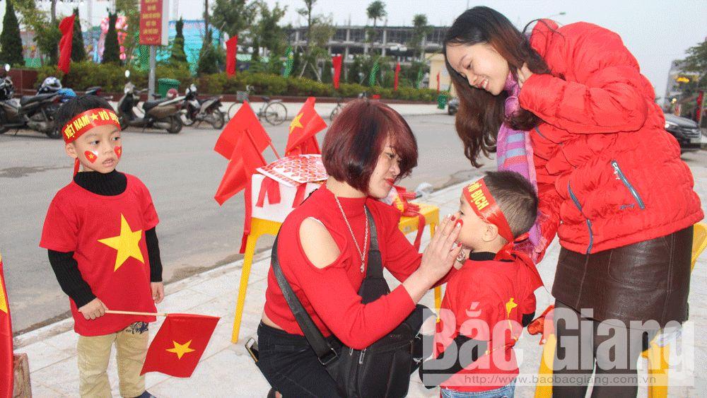 """Bắc Giang: Cổ động viên """"nhuộm"""" đỏ đường phố đón chờ cổ vũ đội tuyển bóng đá Việt Nam"""