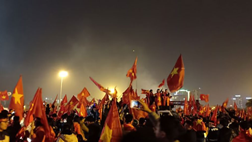 """CĐV """"đi bão"""" mừng ngôi vô địch AFF Cup 2018 của đội tuyển Việt Nam"""