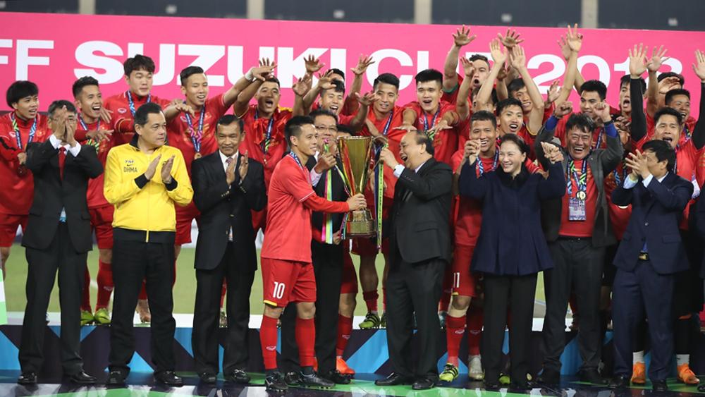 Tuyển Việt Nam cầm cúp vô địch diễu hành tri ân người hâm mộ