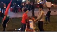 Hành động đẹp của người dân TP Bắc Giang sau trận chung kết AFF Cup 2018 tại Quảng trường 3-2
