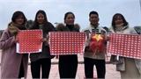 Nhóm bạn trẻ tình nguyện bán băng rôn, cờ để gây quỹ từ thiện