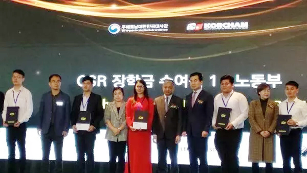 RoK firms present scholarships to 90 outstanding Vietnamese students
