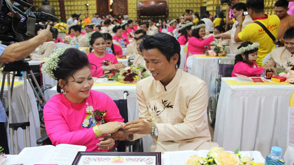 HCM City, mass wedding, dreams of couples with disabilities, Dao Phat Ngay nay, Buddhism Today Fund, free wedding rings, make-up services, wedding outfits
