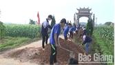 Tân Yên: Trao 80 suất quà và chăn ấm cho gia đình khó khăn