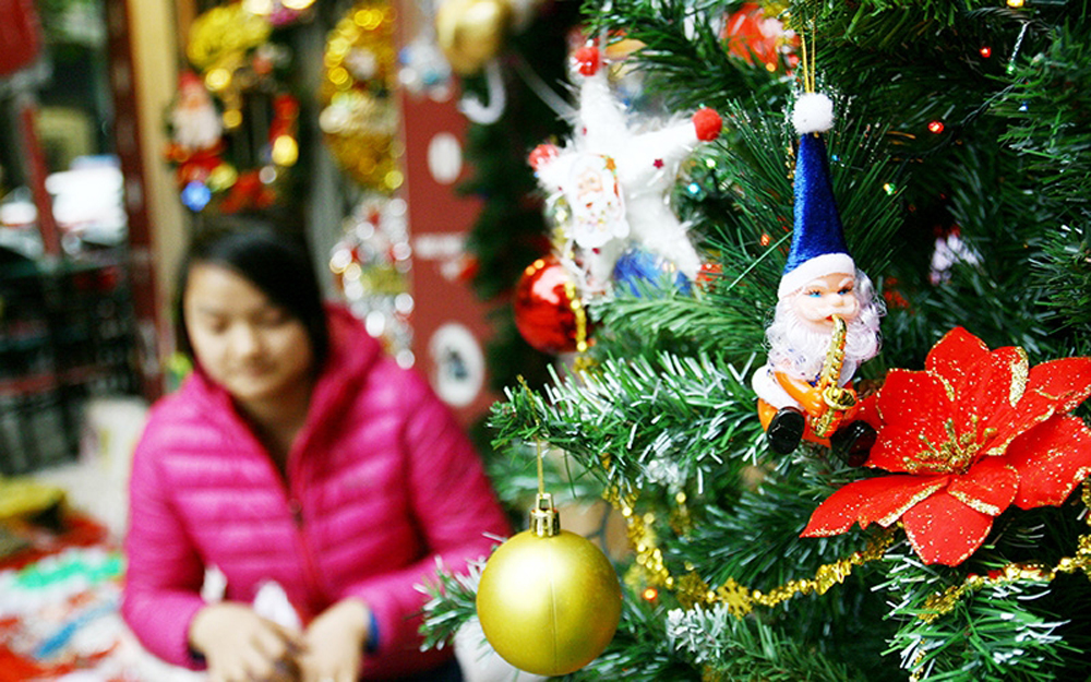 Christmas atmosphere, Vietnam, Christmas season,  Christmas decorations, Hanoi's Old Quarter, Domestic and foreign tourists, warm atmosphere