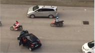 """Người đàn ông """"dắt"""" ô tô qua đường tại Hà Nội"""