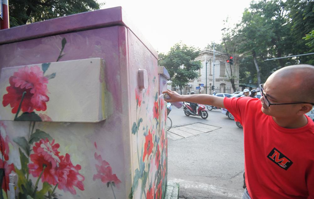 Flower power, Hanoi's sidewalks, sidewalk electricity boxes, flower seasons, Colors of Hanoi, different flowers, city beautification project