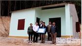 Trao tiền hỗ trợ xây dựng nhà ở cho hộ nghèo