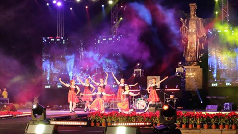 Hanoi rings in 2019 with New Year's festivities