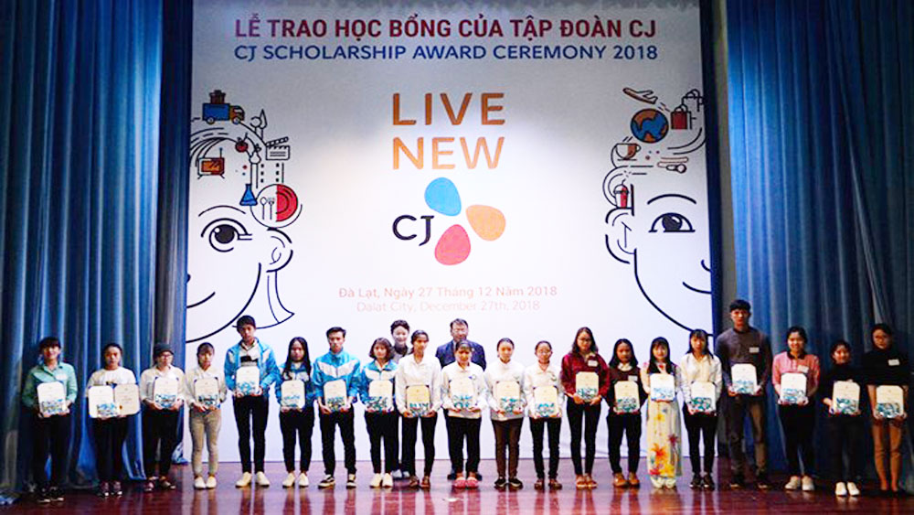 Korean group, scholarships to students, Lam Dong province, impoverished students, annual programme,  CJ Group, community service