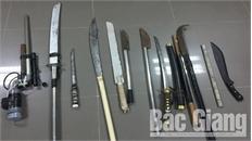 Công an Bắc Giang bắt giữ một đối tượng và thu nhiều đao kiếm dùng để đòi nợ thuê