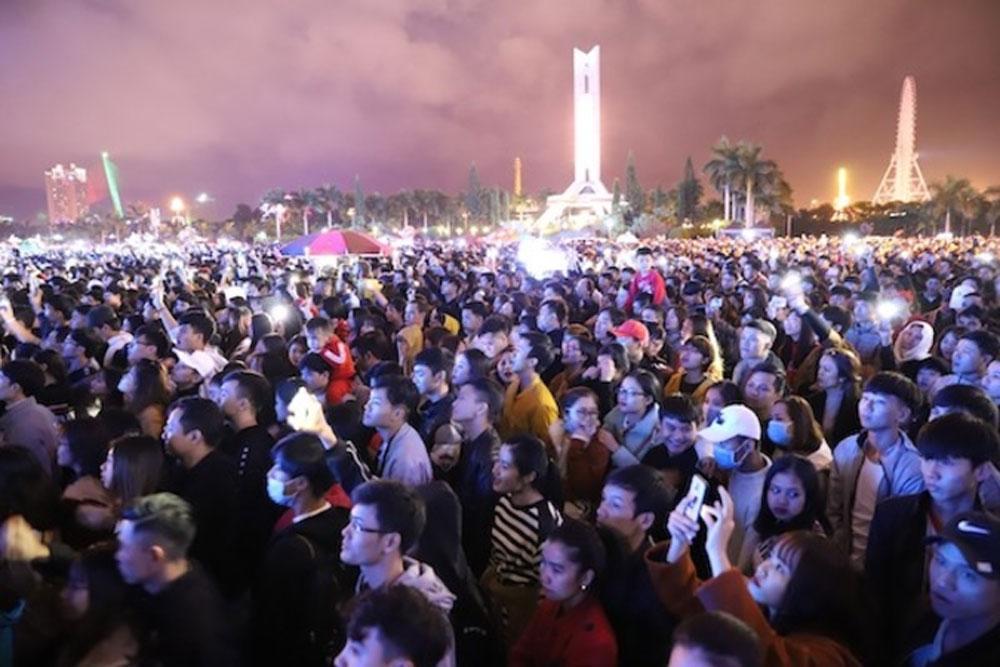 Vietnam's New Year, spectacles, teeming crowds, downtown cities, Hanoi, Saigon