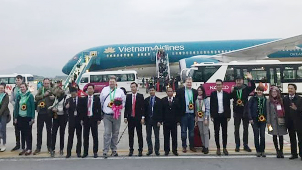 Vietnam Airlines serves first foreign customers in 2019