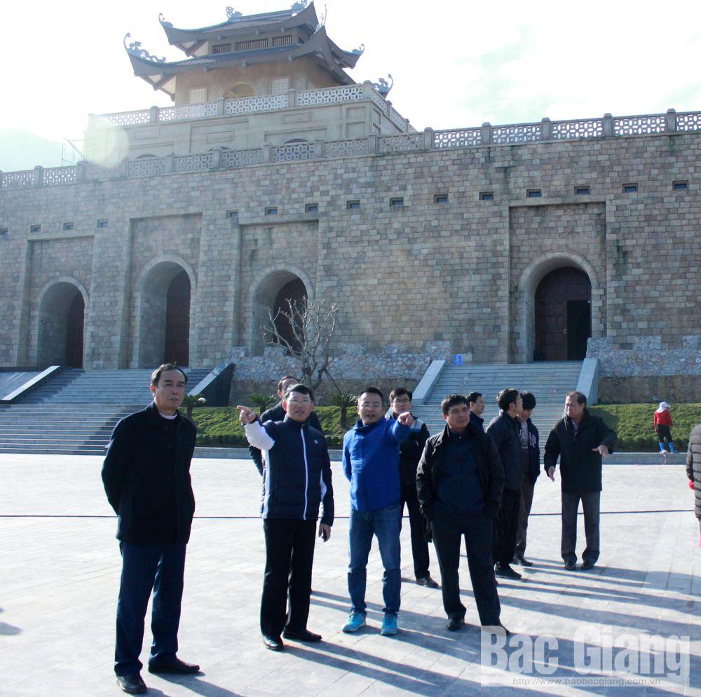 Đồng chí Lê Ánh Dương, Phó Chủ tịch UBND tỉnh kiểm tra các hạng mục công trình tại khu vực quảng trường trung tâm thuộc Khu du lịch tâm linh - sinh thái Tây Yên Tử.