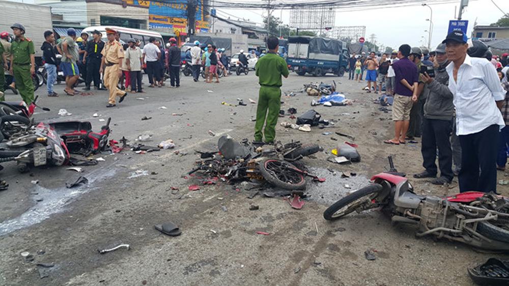 container tông xe máy, container tông 18 xe máy, tai nạn xe, 6 người chết, 6 người tử vong